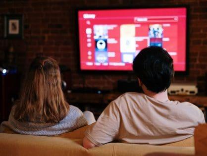 Wieczór filmowy z przyjaciółmi — filmy, których nie może zabraknąć?