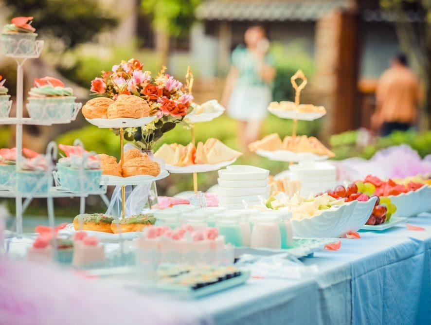 Czy warto zamawiać jedzenie na przyjęcie przez firmę cateringową?
