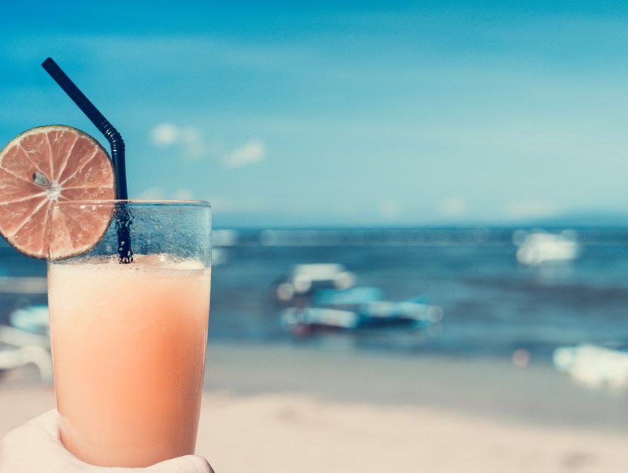Pomysły na letnie kolorowe drinki bezalkoholowe