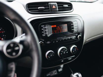 Muzyka do auta 2021 – sprawdź, jakich hitów nie może zabraknąć na Twojej samochodowej playliście